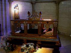 BERNADETTE SOUBIROUS (1844-1879) - Entre le 11 février et le 16 juillet 1858, la Vierge lui est apparut 18 fois à Lourdes. Béatifiée en 1925 - Canonisée en 1933. Depuis 1925, son corps repose  dans une châsse de verre située dans la chapelle de l'ancien couvent Saint-Gildard, à Nevers. Bien que son corps demeure mystérieusement intact, sur le visage et sur les mains ont été déposés de très fins masques de cire.