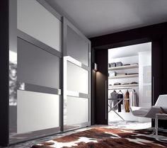 Amplio armario en gris y blanco