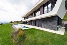 Ein Flachhdachhaus lädt zum Entspannen ein. #flachdach #flachdachhaus #steiermark #lieb #massivhaus #ziegelmassivhaus #ziegelhaus #haus #bauen #architektur #individuell Style At Home, Sidewalk, Stairs, Mansions, House Styles, Home Decor, Roof Pitch, Graz, Environment