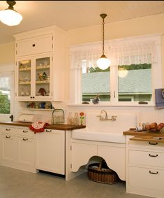 I really like this simple farmhouse kitchen. The sink is obviously a hit with me in this stage of my research.
