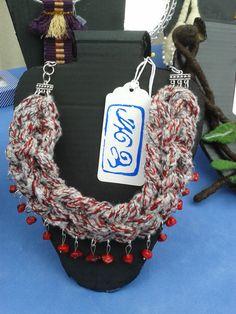 Collar tejido y coral rojo