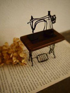 wire model retro sewing machine logo singer