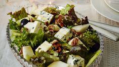 Sinihomejuusto-hedelmäsalaatin juuston kirpeä suolaisuus taittuu hedelmien raikkaalla makeudella. Pähkinät tuovat rapeutta salaattiin. Pasta Salad, Cobb Salad, Feta, Salad Recipes, Dairy, Food And Drink, Cheese, Ethnic Recipes, Winter Solstice
