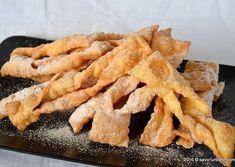 as minca o felie de tort diplomat zice petruta dinu Romanian Desserts, Romanian Food, Fudge, Dough Recipe, Onion Rings, Carne, Cookie Recipes, Bacon, Bakery