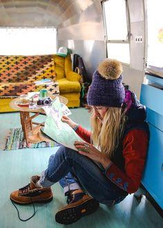 Marvelous Winter Camping Outfits For Women's Mountain Fashion, Mountain Style, Mode Plein Air, Trekking Outfit, Outdoorsy Style, Hiking Fashion, Outdoor Fashion, Casual Skirt Outfits, Outdoor Woman