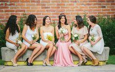 Originales damas con vestido blanco.