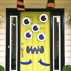 DIY Halloween Decorations That Will Make Your House the Most Boo-tiful On the Block Monster Door Porche Halloween, Fröhliches Halloween, Adornos Halloween, Holidays Halloween, Homemade Halloween, Halloween College, Halloween Signs, Outdoor Halloween, Halloween Costumes