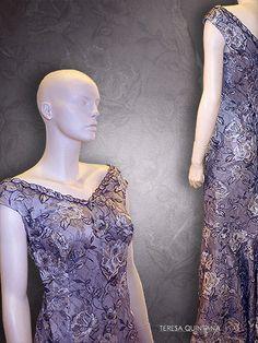 Vestido largo en tul bordado en lana, seda y lurex. Escote de pico delante y detrás con falda línea sirena.