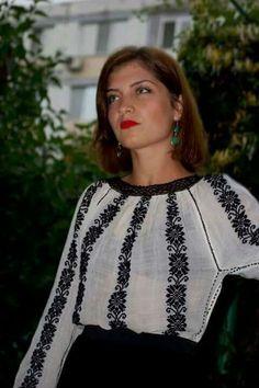 Young Romanian woman wearing the traditional blouse! Folk Fashion, Ethnic Fashion, Fashion Show, Womens Fashion, Fashion Images, Fashion Details, Fashion Design, Romanian Women, Ukraine Women