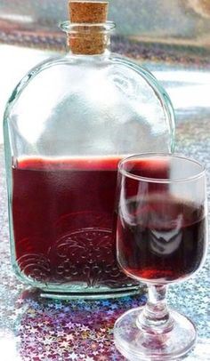 Meggylikőr - Kifőztük, online gasztromagazin Drinks Alcohol Recipes, Alcoholic Drinks, Beverages, Hungarian Recipes, Hungarian Cuisine, Cocktail Drinks, Cocktails, Cherry Liqueur, How To Make Drinks