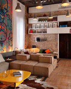E quando na reforma surge um elemento inesperado? Tire proveito da situação e seja feliz. Aqui uma parede de tijolinho maciço se destacou no meio de obras de arte e do mobiliário contemporâneo.