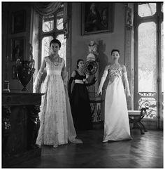Silhouettes à la Malmaison – Publié dans Life 1956 (Pierre Boulat). Alla in the centre