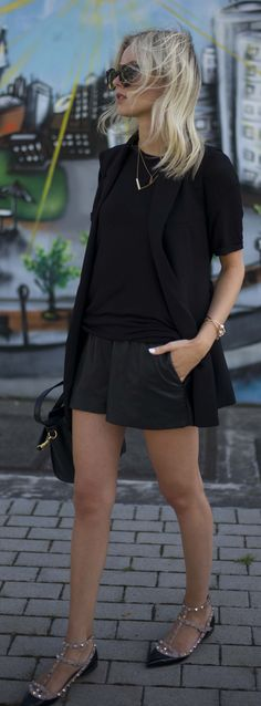 10 All-Black Outfits That Will Always Look Chic Style Blazer, Look Blazer, Cute Spring Outfits, Cute Outfits, Casual Chic, Valentino Black, Valentino Shoes, Valentino Rockstud Flats, Rockstud Shoes