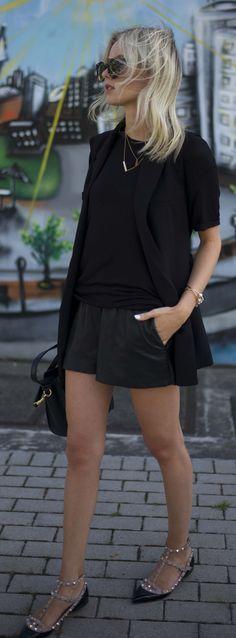 Street Style | Blazer preto longo, shorts preto, sapatilha de tachinha, Valentino Black Flat Rockstuds