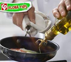 Τηγανίζετε και πρέπει να προσθέσετε περισσότερο λάδι;  Προσθέστε το σιγά-σιγά από τα πλάγια του σκεύους, ώστε να προλάβει να ζεσταθεί προτού φτάσει στο κέντρο, όπου βρίσκεται το φαγητό!#FloraTips Recipe Organization, Wok, Good To Know, Cooking Tips, Flora, Marketing, Drinks, Truths, Olive Oil