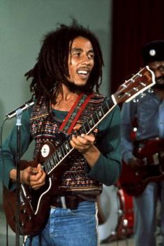 Bob Marley was buried with his red Gibson guitar, a Bible opened to Psalm 23 and a bud of marijuana in Jamaica Bob Marley Legend, Reggae Bob Marley, Rock Roll, Jamaica, Bob Marley Pictures, Marley Family, Jah Rastafari, Robert Nesta, Nesta Marley