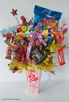 Diy Valentine's Gifts For Her, Valentines Gifts For Her, Valentines Diy, Candy Bouquet Diy, Diy Bouquet, Candy Boquets, Candy Gift Baskets, Easter Gift Baskets, Candy Boutique