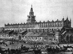 Tak wyglądały Sukiennice przed przebudową, w 1870 roku. Widok od strony północno-wschodniej, czyli z wylotu dzisiejszej ul. Floriańskiej. Fotografia Ignacego Kriegera.