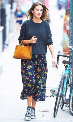 Look de Alexa Chung em street style, com saia midi, tricot e converse.