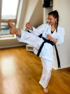 Martial Arts Women, Barefoot Girls, Art Women, Jiu Jitsu, Karate, Strong Women, Fitness, Sports, Martial Arts