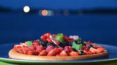 Sverre Sætre har gjort om kransekaken til bunn for vaniljekrem og søte, friske bær. Han har også tilsatt litt anis, som gir en nydelig smak til bær. Vil du gå et skritt videre, kan du ta en spiseskje Pernod i kremen.
