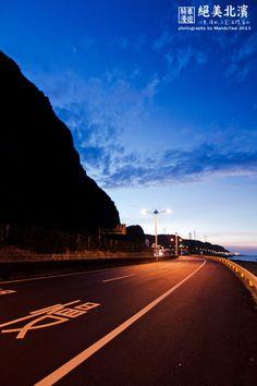 回程,依著夕陽的餘溫暮色騎乘這段公路,與早上的藍天白雲不同感受,但心情卻是同樣的愉悅. - 攝於石門