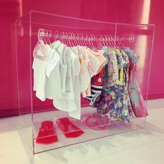 Dia das Crianças chegando! Que tal presentear com este armário de roupas para boneca em acrílico exclusivo da #tinyteabrasil ? Encomende o seu conosco! Temos também roupinhas e kits da #miniestilista #diadascrianças #agdolls #americangirl #americangirldoll #boneca #brincandodeboneca