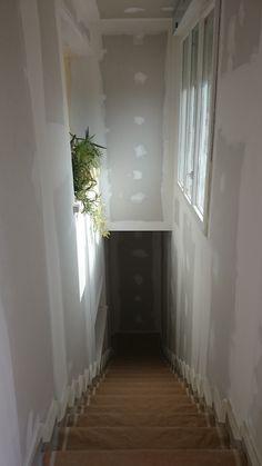 3/5. Lo primero que hicimos fue proteger bien toda la zona en la que íbamos a pintar:  Las escaleras las tapamos con papel de protección DOBLE ENCINTADO 0,90 x 20 m. ROLUX, que lleva cinta de pegar en los laterales. Preferíamos que se adhiriese lo mejor posible a los escalones. Los rodapiés, los marcos de las puertas y las ventanas los protegimos con cinta KREEP ROLUX 24 mm x 45 m.