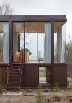 Ce projet, conçu par Tironi Bartlau Studio, visait à créer une extension indépendante d'une maison de vacances, donnant sur la plage, insérée à l'arrière d'un terrain très long et étroit face à l'océan Pacifique. Les architectes ont décidé de ne pas simplement construire un nouveau bâtiment dans l'espace vacant, mais de rénover l'ensemble du site, créant une série de jardins entre les deux maisons. Par conséquent, un bâtiment de deux étages a été créé, en utilisant une occupation minimale...