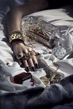 lujoso estilo de vida de marketing: 3 maneras de apelar al estilo de vida . Jewelry Photography, Fashion Photography, Girly, Jewelry Editorial, Background For Photography, Photo Jewelry, Luxury Lifestyle, Jewerly, Unique Jewelry