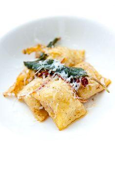 Agnolotti de calabazas con manteca, salvia y queso pecorino creado por zencancook. Una pasta para menus de boda que pocos olvidarán.