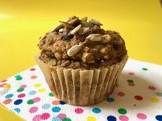 Qui veut des muffins? J'ai le goût de changer le monde (des muffins) avec des recettes simples et sucrées à la purée de dattes et sans matière grasse ajoutée. Après quelques mois sur mon Instagram (et sans véritable nom), voici le muffin IDÉAL des boîtes à lunch: le MonChampion. Un muffin VÉGANE, SANS NOIX, SANS... Biscuit Coco, Cinnamon Muffins, Unsweetened Applesauce, Baking Cups, Dark Chocolate Chips, Afternoon Snacks, Muffin Recipes, Bakery, Dessert Recipes