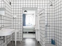 Den mörkare tonen på fogmassan skapar ett modernt badrum med ett grafiskt intryck.