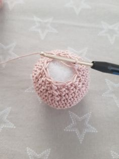Free pattern for crocheting balls or balls - Free instructions for crocheting balls or balls in the form of video and text with pictures. Crochet Square Patterns, Christmas Crochet Patterns, Crochet Stitches, Knitting Patterns, Crochet Ball, Crochet Diy, Crochet Amigurumi, Beginner Crochet, Foundation Single Crochet