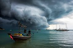 Monsoon season in Thailand, on Cheong Mon beach, Samui island. Never before have I seen storm clouds like this as they roll in across the bay. Storm Wallpaper, Evacuation Plan, Sea Storm, Ocean Photos, Calm Before The Storm, Northern Thailand, Going Home, Photo Contest, Monsoon