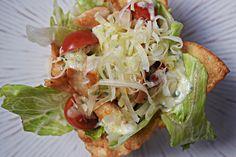 Salada Caesar é uma das mais famosas do mundo. Presente no cardápio de milhares de restaurantes, seu segredo está no molho, uma mistura de maionese, creme de leite e queijo Parmesão. No mais, alface americana e peito de frango grelhado complementam esta delícia, além de croutons. A sugestão que trago hoje é uma maneira diferente […]