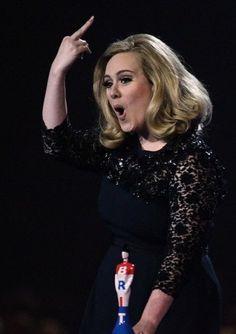 Oh le vilain doigt...  Brit Awards.   21.2.2012