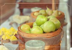 www.urbanbrides.co.il  סדרת הטעימות #1 | עיצוב  צילום: דנה מינס  עיצוב: נועה ורותם הפקות ועיצוב אירועים  #wedding #apples #green #basket