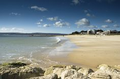 Looking west along Sandbanks beach towards the peninsular and with the Purbecks in the background. You could be forgiven if you thought this was somewhere tropical! #sandbanks #sandbanksbeach #poolewindsurfing
