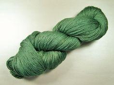 glänzende Socken- und Pulloverwolle mit Seide und Ramie ❉ pflanzengefärbt mit Ligusterbeeren