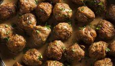 Lezzetli sosu ile akıllara kazınan herkesin severek tükettiği İsveç köftesinin tarifini merak ediyor musunuz? İşte sizlere evde pratik İsveç köftesi yapımı...