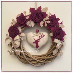 Corona in salice naturale decorata con rose di lino color ciclamino, by fattoamanodaTati