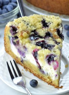 Blueberry Cream Cheese Coffee Cake - - Blueberry Cream Cheese Coffee Cake will be your new favorite coffee cake recipe! Soft and moist cake topped with cream cheese, fresh blueberries and buttery, crunchy streusel topping is perfect way to start a day! Dessert Dips, Smores Dessert, Köstliche Desserts, Chocolate Desserts, Delicious Desserts, Dessert Recipes, Easy Cream Cheese Desserts, Easter Desserts, Cream Cheese Recipes