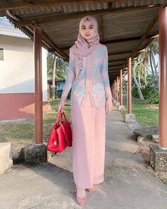 Syima_eima #muslimahfashion #Malaysian Ni Bukan cikgu Suraiya yea, ni cikgu Syima, agak2 syma sesuai mengajar subjek apa ni🤣slim sebab terlebih munum fibermax @symabeauty_hq 😅 Muslim Fashion, Hijab Fashion, Fashion Outfits, Womens Fashion, Kurung Peplum, Girl Hijab, Hijab Chic, Hijab Dress, Muslim Girls