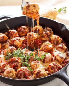 SKILLET MEATBALLS IN MARINARA SAUCE Made by @reciperunner . Follow her ❤️ @reciperunner Ingredients 1 pound lean ground turkey 1 egg, slightly beaten 1/4 cup panko breadcrumbs 1 T. worcestershire 1 clove garlic, minced 1 t. dried basil 3/4 t. dried oregano 1/2 t. kosher salt 1/4 t. black pepper 4 ounces mozzarella cheese, cut into 1/2 inch cubes 1/2 cup mozzarella cheese, shredded 3 cups marinara sauce (I used this ) Instructions In a large bowl combine the ground turkey, egg, panko…