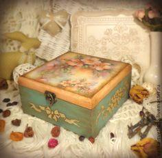 Чайная шкатулка `Ароматный чай с шиповником`. Большая винтажная шкатулка для хранения чайных пакетиков, сладостей, сухофруктов, орехов, кофе, мешочков с травами и специями. Декорирована в технике декупаж, искусственно состарена.   Картинка в нежной цветовой гамме…
