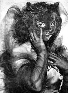 Leonor Fini dans un bal masqué, 1946.