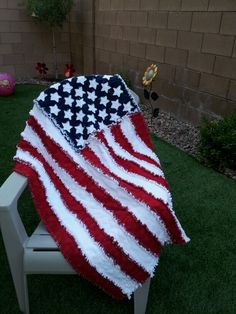 American flag rag quilt - Ben would love this Patriotic Quilts, Patriotic Crafts, Patriotic Decorations, Quilting Tips, Quilting Projects, Sewing Projects, American Flag Quilt, Quilt Of Valor, Summer Quilts