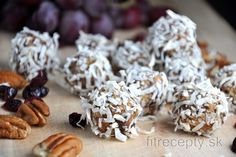 Delicious no-bake balls with gingerbread flavor and ginger and no flour or sugar added. They can be served as a healthy Christmas dessert, as well. Thanks to their gingerbread t. Sin Gluten, Gluten Free, Quick Healthy Desserts, Healthy Recipes, Desserts Sains, Coconut Balls, Pecan Nuts, Saveur, Calories