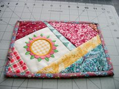 Mug Rug added via Catarina Schuquel (now could make in yellows and oranges with sun instead of flower) Table Runner And Placemats, Quilted Table Runners, Mug Rug Patterns, Quilt Patterns, Small Quilts, Mini Quilts, Quilting Projects, Sewing Projects, Mug Rug Tutorial